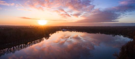 Traumhafter Sonnenaufgang über dem Maschsee im Winter