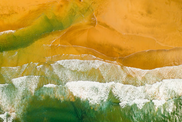 Photo sur Aluminium Montagne Top down view of beautiful beach with ocean waves crashing and foaming