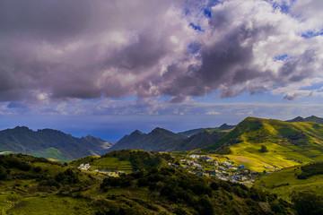 Photo sur Toile Lavende paisajes de naturaleza con montañas y senderos