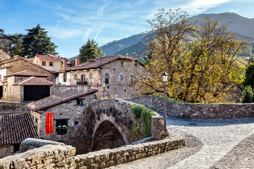 Ingelijste posters Noord Europa The old stone bridge in Potes, North Spain