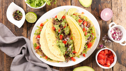 Photo sur Aluminium Individuel tacos with guacamole, beef, tomato and cheese- tortilla bread