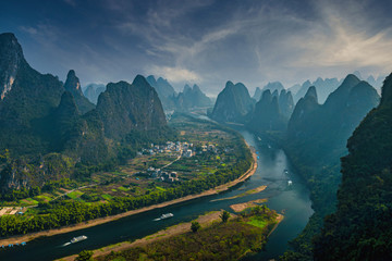 Spoed Foto op Canvas Groen blauw The mountains and river landscape in Guilin, China in winter.