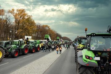 Landwirte setzen ein Zeichen - Berlin-Demo - Anfahrt mit den Traktoren