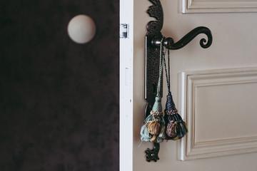 Pompons décoratifs accrochés à une poignée de porte