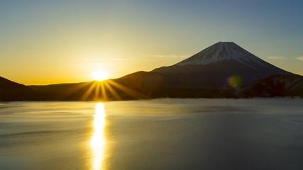 Wall Mural - 真冬の富士山と日の出、山梨県本栖湖にて