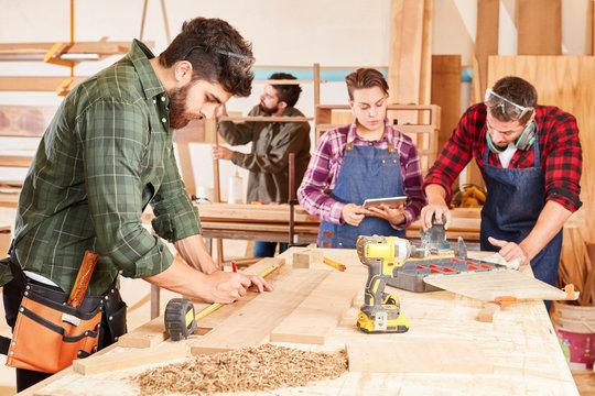 Handwerker Lehrlinge bei der Holzverarbeitung