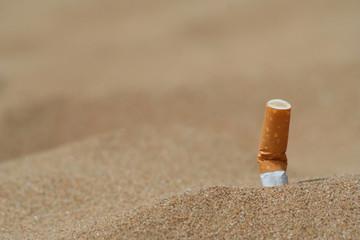 sigaretta nella sabbia