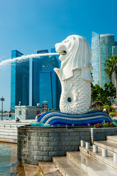 SINGAPORE-MARCH 19 : The Merlion,  mascot and symbol of Singapore. and the city skyline at Marina Bay sands.