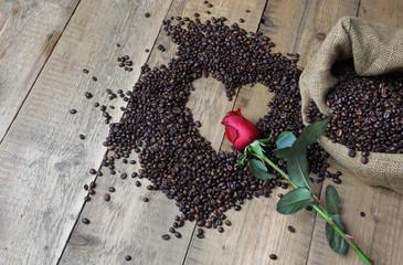 Rosa rossa sopra il cuore del caffè