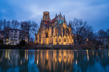 Photo sur Plexiglas Lieu de culte Johanneskirche, Feuersee in Stuttgart — Blue hour reflections
