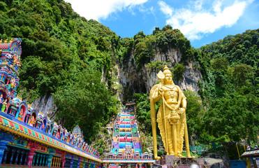 バトゥー洞窟の黄金像と階段