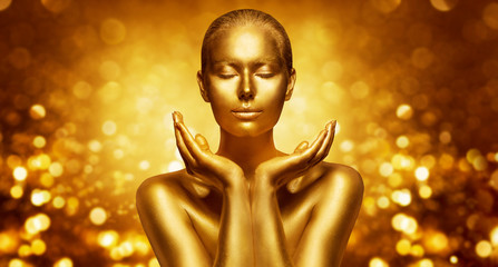 In de dag Spa Gold Skin, Beautiful Woman holding Golden Beauty in Hands, Fashion Body Art Make Up