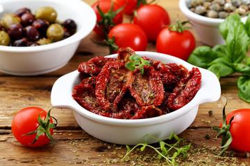 cibo mediterraneo spunti con acciughe pomodori secchi olive sfondo rustico