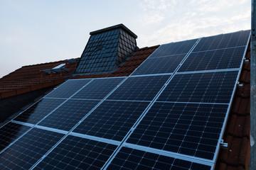 Photovoltaik auf Hausdach mit Schornstein