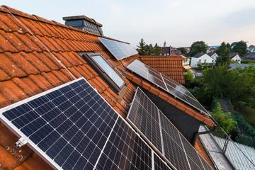 Verteilung von Solar-Panels auf Hausdach mit Gaube