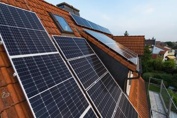 Verteilung von Photovoltaik auf Hausdach mit Gaube