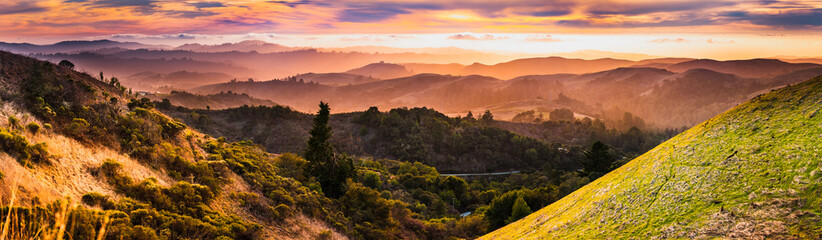 Foto op Canvas Panoramafoto s Expansive panorama in Santa Cruz mountains, with hills and valleys illuminated by the sunset light; San Francisco Bay Area, California