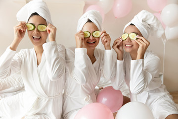 Poster de jardin Spa Overjoyed multiracial girls have fun making beauty procedures at party