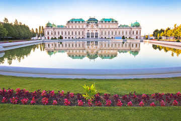 Fotorolgordijn Wenen Belvedere park in Vienna water reflection view
