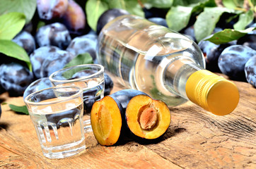 Türaufkleber Osteuropa Fresh plums and shots of Slivovice, typical Eastern Europe alcohol plum brandy and bottle at background.