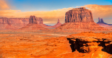 Iconic view of the Monument Valley, Navajo Tribal Park, Utah / Arizona, USA.