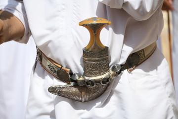 Khanjar Thawb Oman Krumdolch Dischdascha Gewand Tracht Dolch Gürtel Waffe Schmuck Sultanat Dolchschmied Staussymbol Scheide Griff Sultan Elfenbeingriff Metall omanische Tradition
