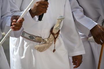 Oman Gewand Tracht Krumdolch Dolch Bekleidung weiß Schmuck Gürtel Sultan Thawb Dischdascha Khanjar Dolchschmied Silber Waffe Griff Scheide Zeremoniendolch Staussymbol omanische Traditionr