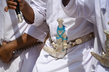 Krumdolch Oman Dolch Gürtel Khanjar Tracht Waffe Dolchschmied Griff Scheide Sultan Sultanat Schmuck Staussymbol omanische Tradition Zeremoniendolch Mann Männer Schmiedekunst Gewand Thawb Dischdascha