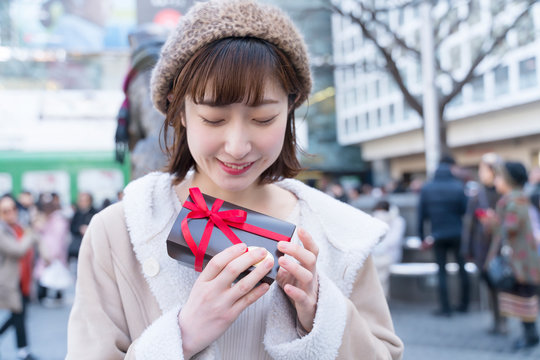 バレンタインのチョコを持つ女性 東京 渋谷