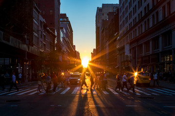 Fotomurales - Crowds of diverse people walk across a busy intersection on 5th Avenue in New York City with sunlight background