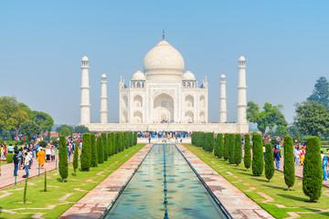 Colorful crowds of visitors walking along the Taj Mahal complex Fototapete