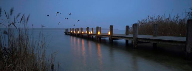 Fotomurales - romantischer Steg mit Kerzen