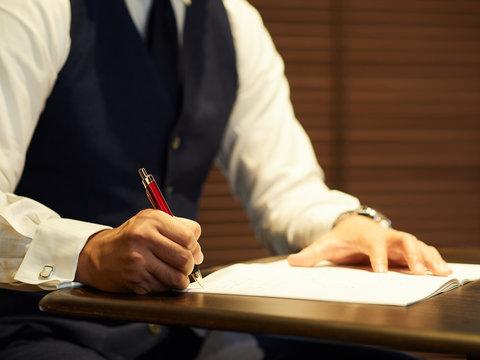 書類にサインをする男性ビジネスマン