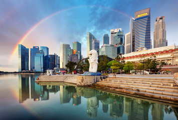 Photo sur Toile Singapoure SINGAPORE - OCTOBER 11: Singapore - Merlion fountain with rainbow in front of the Marina Bay Sands hotel at sunrise