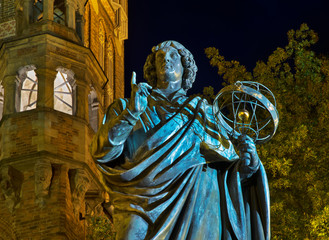 Monument to Nicolaus Copernicus at Market square in Torun.  Poland Fotomurales