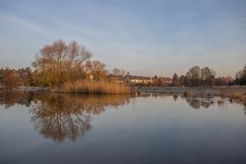 Sonnenaufgang über einem kleinen See an einem Wintermorgen