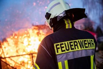 Feuerwehrmann wacht an einem Feuer