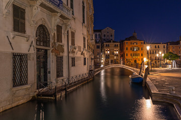 Seitenkanal in Venedig bei Nacht