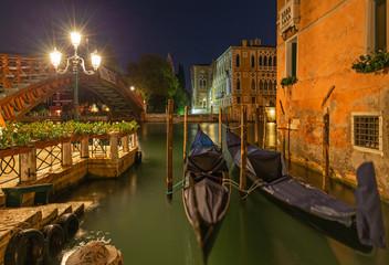 Geparkte Gondeln am Canale Grande in Venedig bei Nacht