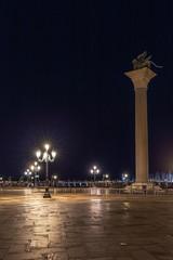 Markusplatz in Venedig bei Nacht