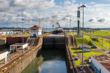 View of the ships in the Gatun Locks while passing through the Panamá Canal.
