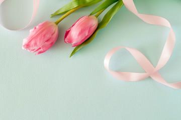 ピンクのチューリップとパステルカラーの背景