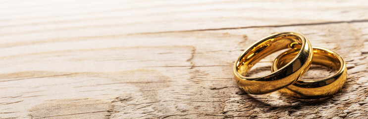 Photo sur Aluminium Pays d Asie Golden wedding rings on wood