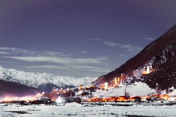 Montage in der Fensternische Aubergine lila Mountain village at night