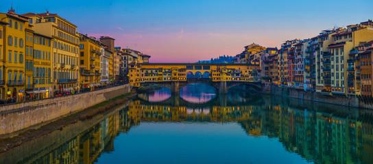 Photo sur Plexiglas Con. Antique The Ponte Vecchio, famous medieval stone bridge over the Arno River in Florence, Tuscany, Italy.