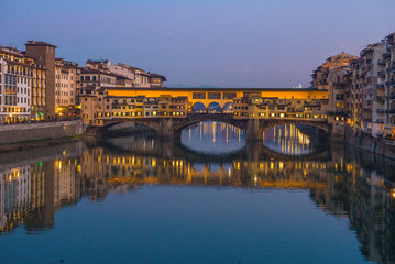 In de dag Oude gebouw The Ponte Vecchio, famous medieval stone bridge over the Arno River in Florence, Tuscany, Italy.
