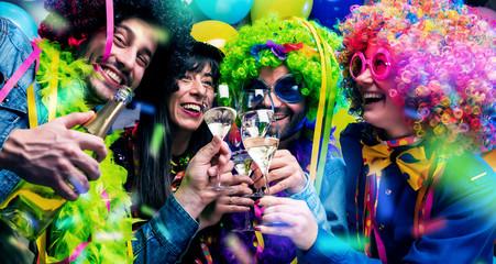Foto op Aluminium Carnaval Glückliche Party Freunde feiern karneval und stoßen mit Sekt an.