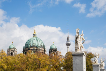 Foto op Plexiglas Historisch mon. Germany, Berlin, Statues of Schlossbrucke with Berlin Cathedral and Berlin TV Tower in background