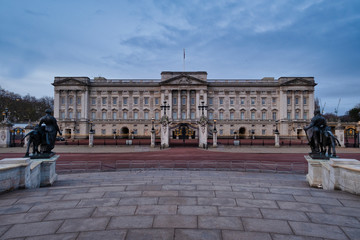 Foto op Plexiglas Historisch mon. UK, England, London, Facade of Buckingham Palace at dawn