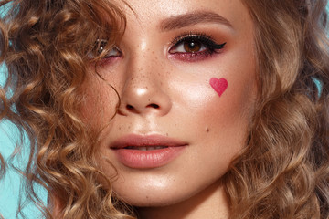 In de dag Manicure Pretty girl with curls hairstyle, classic makeup, freckles, nude lips and manicure design with hearts. Beauty face. The image for Valentine's Day